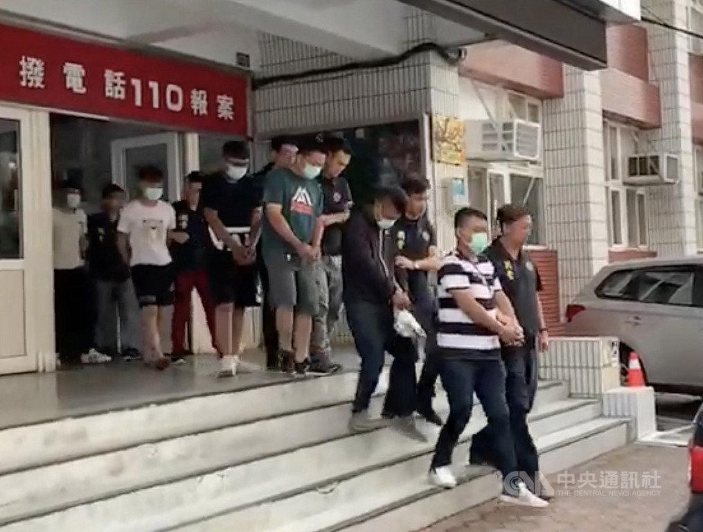苗栗縣一名28歲廖姓男子組織暴力幫派集團,在竹南地區逞凶鬥狠,行徑囂張,經警方長期蒐證後發動檢肅,成功逮捕集團8人到案。(翻攝畫面)中央社記者管瑞平傳真 108年7月19日