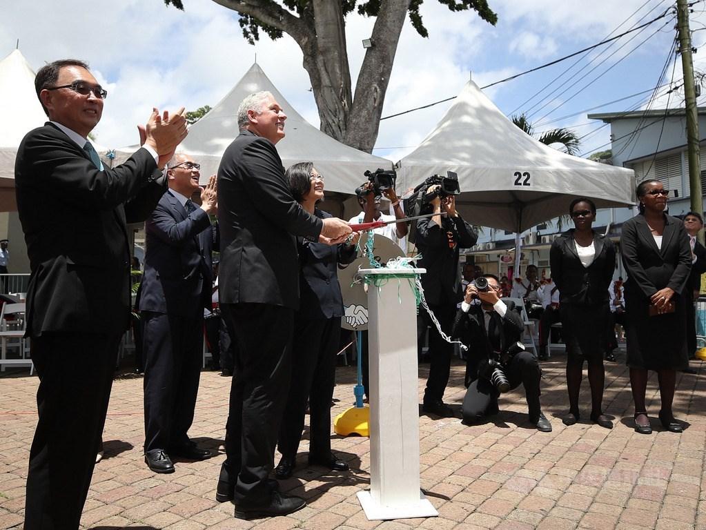 總統蔡英文(中左)展開自由民主永續之旅,訪問加勒比海友邦聖露西亞,18日(當地時間)見證聖露西亞政府廣域網路計畫第2期啟動。中央社記者張新偉聖露西亞攝 108年7月19日