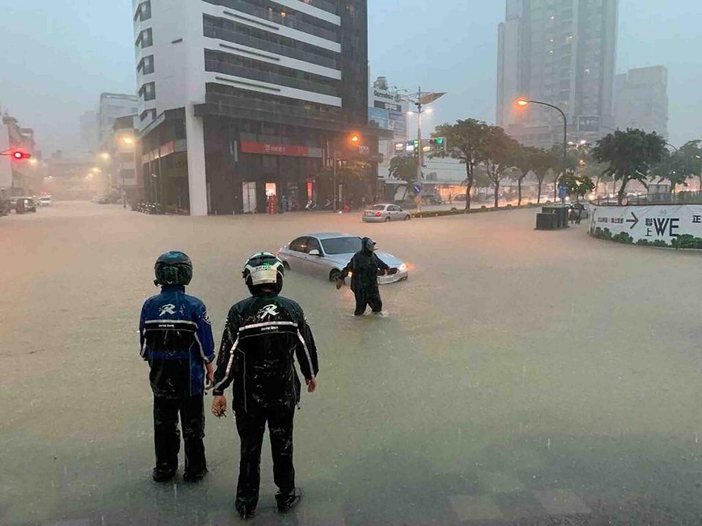 高雄市19日午後豪雨,市區多處傳出積淹水情形,經濟部水利署截至下午5時50分,已針對高雄市、台南市、屏東縣發布一級淹水警戒。圖為鳳山文山特區積淹水情形。(民眾提供)中央社記者董俊志傳真 108年7月19日