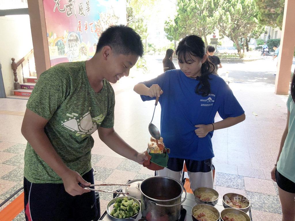 第24屆世界童軍大露營將在美國西維吉尼亞州舉辦,超過3萬名童軍參加,而新竹縣有6名學生獲選,將代表台灣赴美與各國童軍交流。圖為學生19日展開集訓,進行烹飪等團隊訓練課程。中央社記者郭宣彣攝 108年7月19日