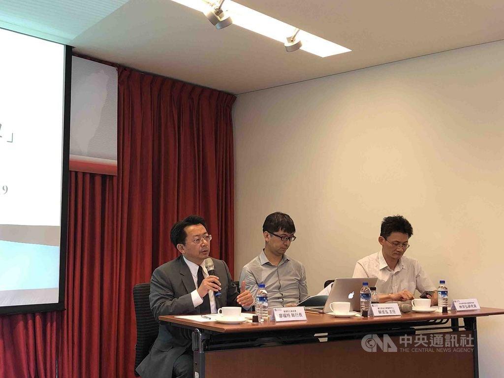 台灣民主基金會19日公布民調,由執行長廖福特(左)簡述結果。中央社記者侯姿瑩攝 108年7月19日