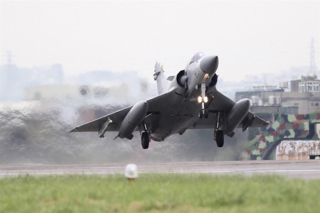 空軍19日表示,戰機每天升空巡弋,是為了維護台海和平穩定,捍衛國家主權尊嚴。圖為空軍第二聯隊幻象2000戰機執行戰備轉場任務。(軍聞社提供)中央社