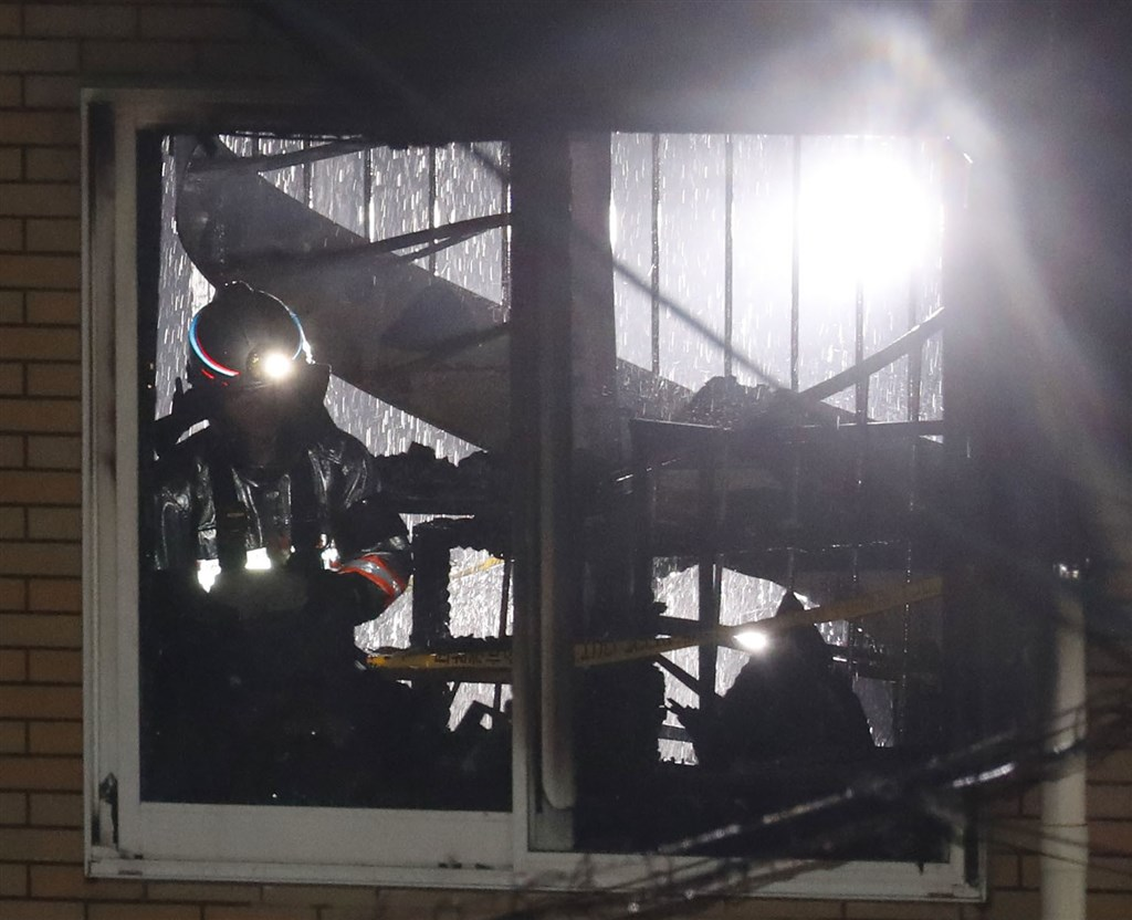 日本「京都動畫」18日遭人縱火釀33死35傷慘劇,日媒19日訪問消防相關人士指出,建築物內有一座貫穿1樓到3樓的螺旋梯,讓火跟煙易於快速流竄。(共同社提供)