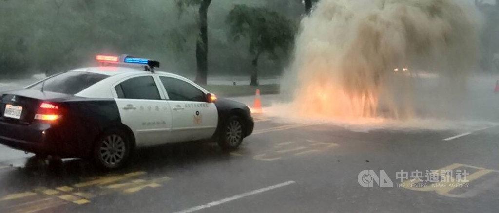 高雄市19日下午下起傾盆大雨,市區多處發生積淹水,短時強降雨帶來過大雨量甚至讓下水道人孔蓋被強力水柱沖開,畫面驚人。(民眾提供)中央社 108年7月19日