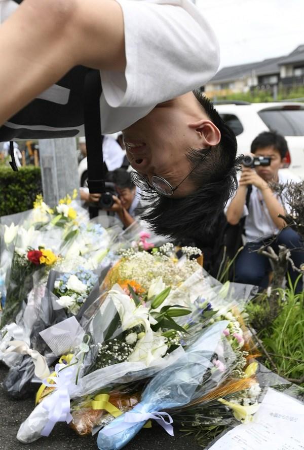 警方未公布京都動畫死者名單,加上網路傳聞有動畫導演及動畫師失聯,讓許多動漫迷心繫導演及動畫師安危。圖為向京都動畫事故獻花時忍不住流淚的中國留學生。(共同社提供)