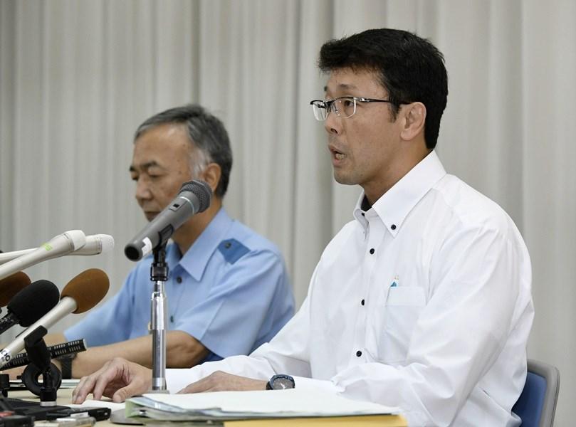 京都府警察本部19日表示,涉嫌在京都動畫縱火的犯嫌姓名是青葉真司。圖為搜查課長西山亮二(前)於記者會說明案情。(共同社提供)