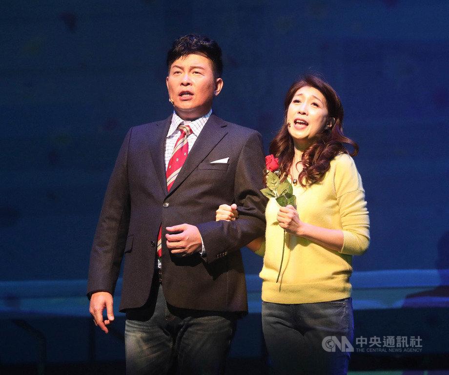 果陀劇場音樂劇「愛呀,我的媽!」赴新加坡巡演,由金鐘喜劇天王曾國城(左)與金鐘喜感女神黃嘉千(右)主演,兩人首度挑戰音樂喜劇。中央社記者黃自強新加坡攝 108年7月19日