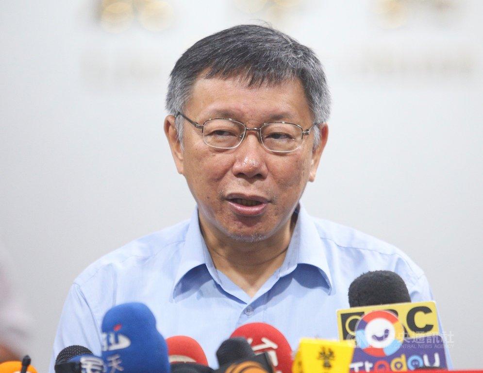 台北市長柯文哲19日上午接受媒體訪問,質疑民進黨「一邊跟你說合作、一邊打你」;至於是否選總統,他說,台灣政治不該只有選舉,他發現每個人都很焦慮,只有他最輕鬆。中央社記者謝佳璋攝 108年7月19日