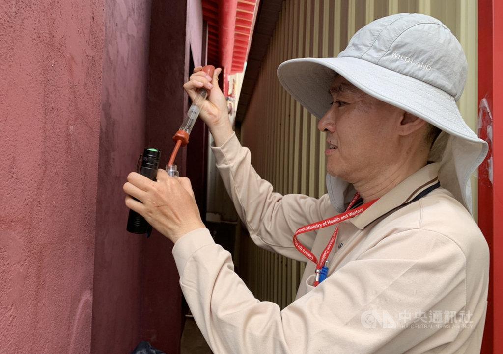 疾管署20日上午公布,台南新增一例本土登革熱病例,防疫人員前往台南市東區崇德里進行孳生源查核。(疾管署提供)中央社記者陳偉婷傳真 108年7月20日