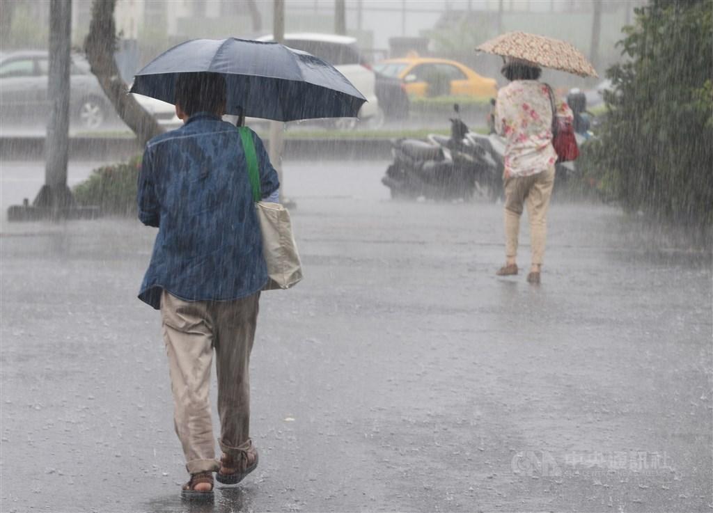 中央氣象局20日下午針對17縣市發出大雨特報,受到低壓帶及午後對流雲系發展旺盛影響,易有短時強降雨。(中央社檔案照片)