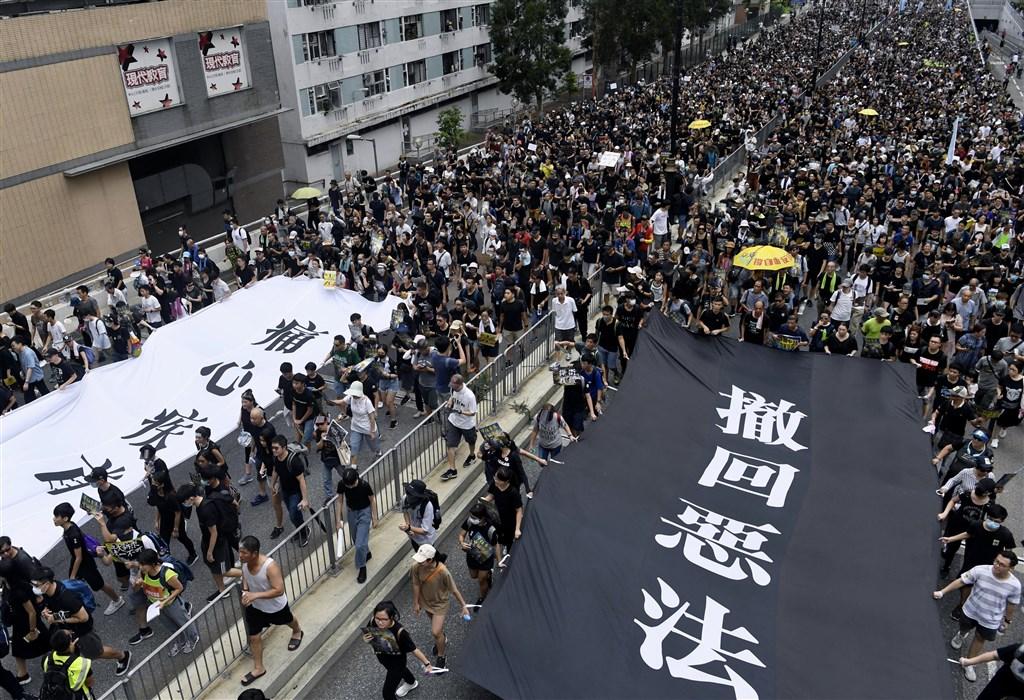 香港近來幾乎每週都有「反送中」遊行,721遊行將登場,但港警19日下令遊行必須提前結束。圖為14日在沙田區舉行的遊行。(檔案照片/共同社提供)