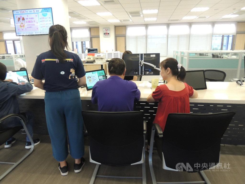 新竹市一名16歲少女(左)從未見過生父,近日因需申請身分證,由香山區戶政事務所牽線,協助找到少女的生父游姓男子(中),並讓父女見上一面。(新竹市香山戶政事務所提供)中央社記者魯鋼駿傳真  108年7月21日