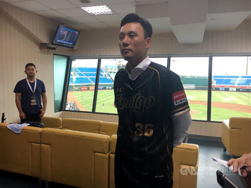 韓國「國民打者」李承燁(前)21日到桃園棒球場為Lamigo桃猿隊開球,他表示,睽違6年再度來到台灣,對台灣球迷的熱情嚇了一大跳。中央社記者楊啟芳攝  108年7月21日