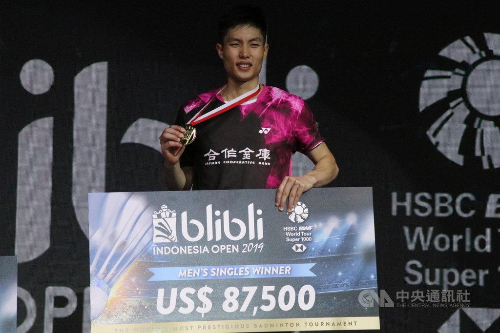 台灣羽球一哥周天成,21日在2019印尼羽球公開賽男單決賽,以21比18、24比26、21比15擊敗丹麥好手安東森奪冠,成為台灣羽球史上男單的第一人。中央社記者石秀娟雅加達攝 108年7月21日