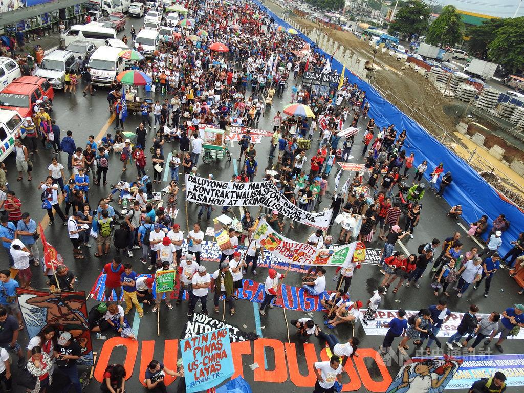菲律賓總統杜特蒂22日發表國情咨文,民間團體號召數千民眾上街頭,地上文字寫著「罷黜杜特蒂」(OUST DU30)。中央社記者陳妍君馬尼拉攝 108年7月22日