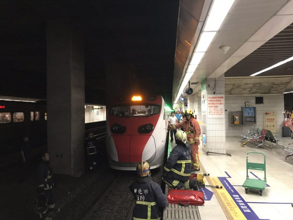 台鐵指出,22日下午12時53分,從花蓮開往彰化的普悠瑪271號次列車準備進入板橋車站第2月台時,一名女子突然墜落月台,遭到火車撞擊,由救護車送往亞東醫院急救。台鐵已安排乘客轉乘自強號125車次離開。(翻攝照片)中央社記者葉臻傳真 108年7月22日