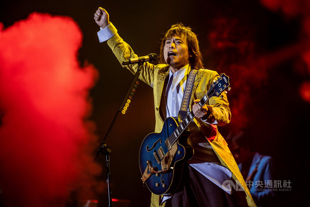 歌手伍佰今年底將回高雄舉辦演唱會,他笑稱自己情歌寫的很好,但他「唱的不是情歌,是人生」。(開麗娛樂提供)中央社記者陳秉弘傳真  108年7月22日