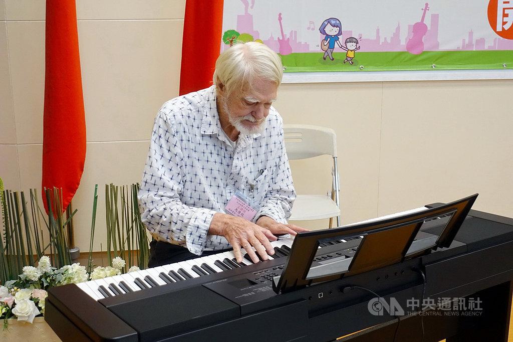 嘉義市「新住民親子管樂團」22日開課,來自美國的退休教授馬唐牧(圖)演奏鋼琴。(嘉義市政府提供)中央社記者江俊亮傳真  108年7月22日