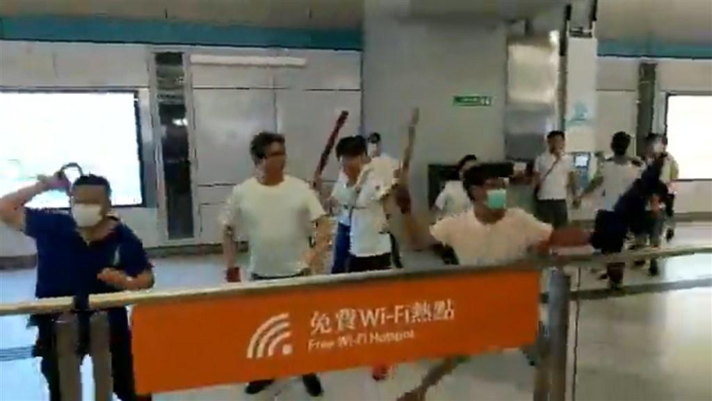 香港新界西鐵元朗站21日一批穿著白衣的人圍攻「反送中」示威者,立法會議員22日抗議警方在事件中執法不力。(圖取自facebook.com/standnewshk)