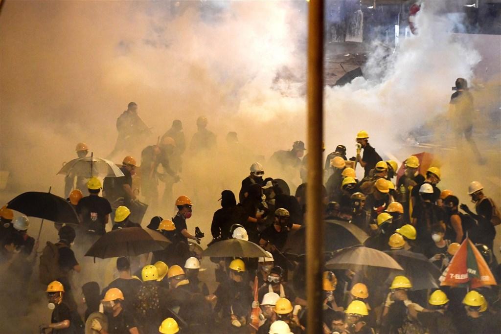 香港大批民眾21日再度上街遊行,接近深夜,警方在上環發射催淚彈及橡膠子彈驅散示威者。(共同社提供)