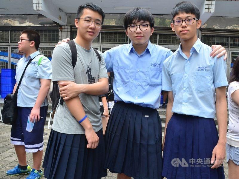 全國首例,板橋高中新學年起男、女生都可穿制服裙上學。圖為5月板中校慶發起男裙週活動。(中央社檔案照片)