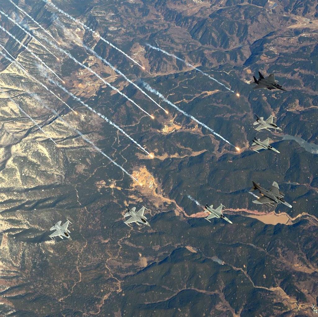 南韓國防部表示,俄羅斯3架軍機23日飛進南韓防空識別區,南韓派出數架F-15K和KF16戰機攔截並開火示警。圖為F-15K、KF16同型機2016年演習情況。(圖取自instagram.com/rokaf_official)