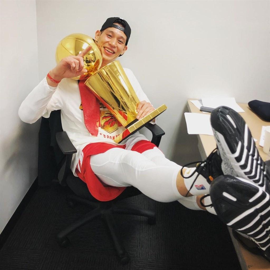 美國職籃NBA台裔球星林書豪上季季中加盟多倫多暴龍,儘管暴龍隊闖進季後賽,並一舉奪冠,林書豪拿下首枚冠軍戒,但他合計在季後賽僅上場27分鐘,表現機會不多。(圖取自IG網頁instagram.com/jlin7)