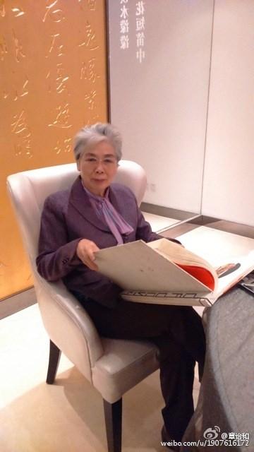 中國知名作家章詒和21日在微信朋友圈上說,她19日從香港返回北京,一箱書全部扣下,人被扣3小時,憤懣且屈辱。(圖取自章詒和微博網頁weibo.com)