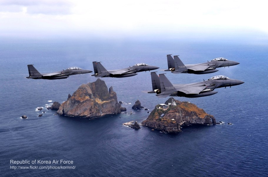 南韓國防部表示,俄羅斯3架軍機23日飛進南韓防空識別區,南韓派出數架F-15K和KF16戰機攔截並開火示警。圖為4架F-15K同型機巡弋獨島。(圖取自南韓國防部網頁mnd.go.kr)