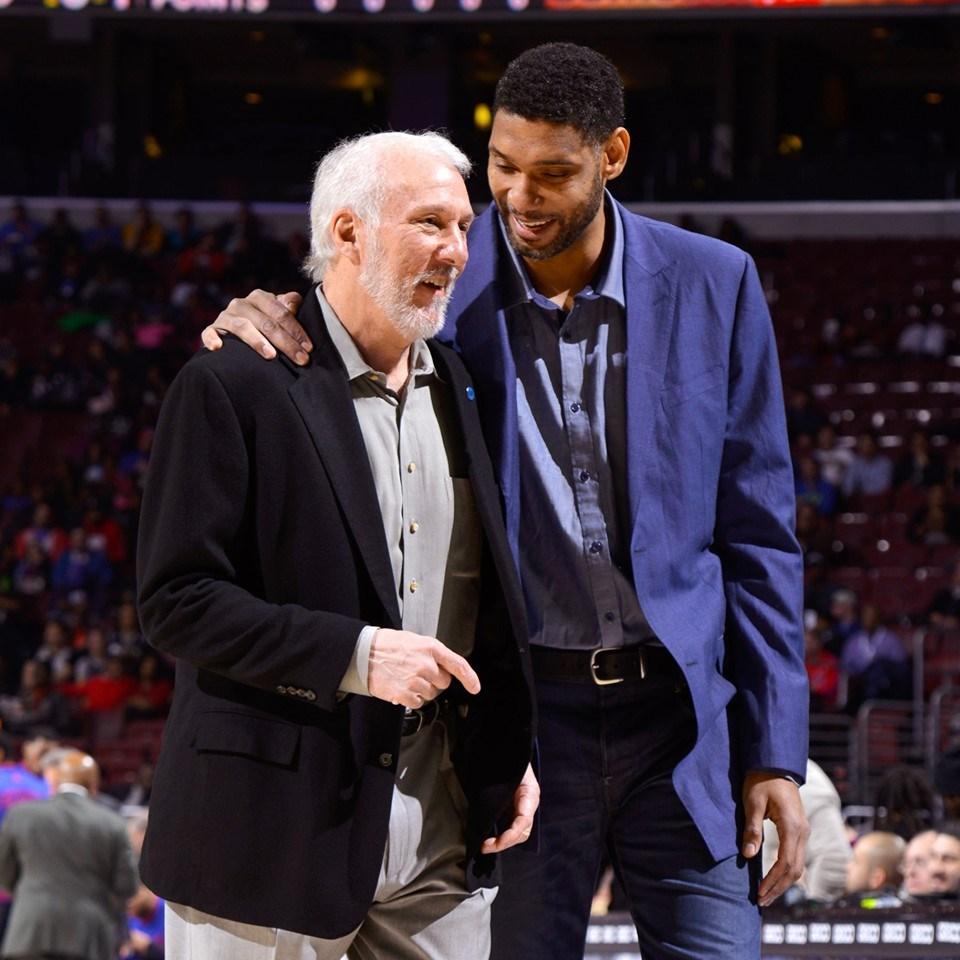 前NBA聖安東尼奧馬刺明星中鋒鄧肯(前右)2016年退休,預計在接下來的新球季擔任馬刺助理教練。(圖取自facebook.com/Spurs)