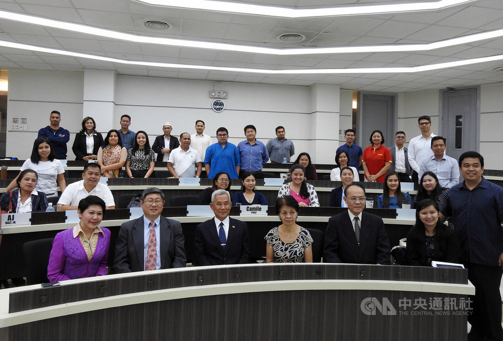 駐菲代表徐佩勇(前排左3)25日出席亞洲管理學院主辦的「大使論壇」,與菲國衛生部前次長吳克能(前排左2)、外交部前次長羅沙里歐(前排左4)等與會者合影。中央社記者陳妍君馬尼拉攝 108年7月25日