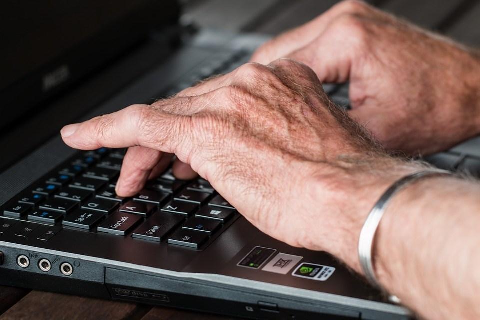 行政院會25日通過「中高齡者及高齡者就業促進法」草案,以促進在職中高齡者延後退休,保障退休後重返職場的權益,使其享有公平的工作機會。(示意圖/圖取自Pixabay圖庫)