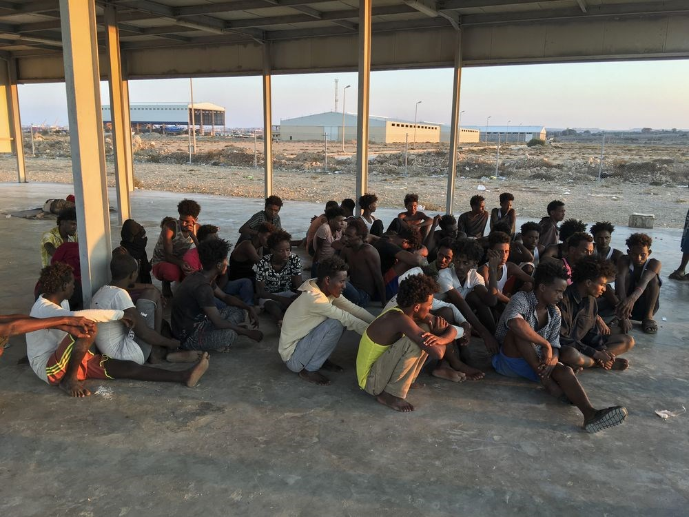 利比亞海軍發言人卡希姆將軍表示,1艘搭載250名移民的木船在利比亞外海翻覆,海防隊與當地漁民救出134人,另發現1具屍體,還有115人失蹤,當局擔心失蹤者全數溺斃。圖為獲救的移民。(美聯社)