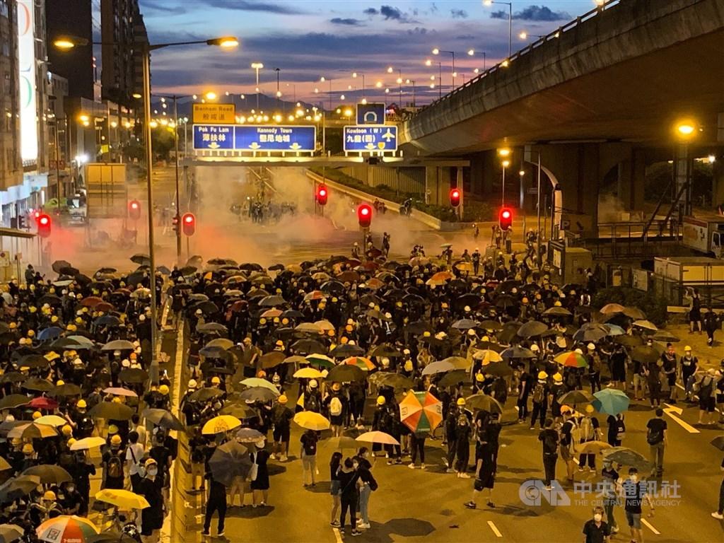 香港警方28日大規模使用催淚彈,驅離聚集在中聯辦200公尺外的示威者。中央社記者廖漢原香港攝 108年7月28日