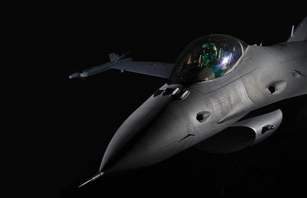 美國國會兩黨議員指控總統川普的政府,因貿易談判延遲對台灣出售價值達80億美元的66架F-16V戰機。(圖取自洛克希德馬丁公司網頁lockheedmartin.com)