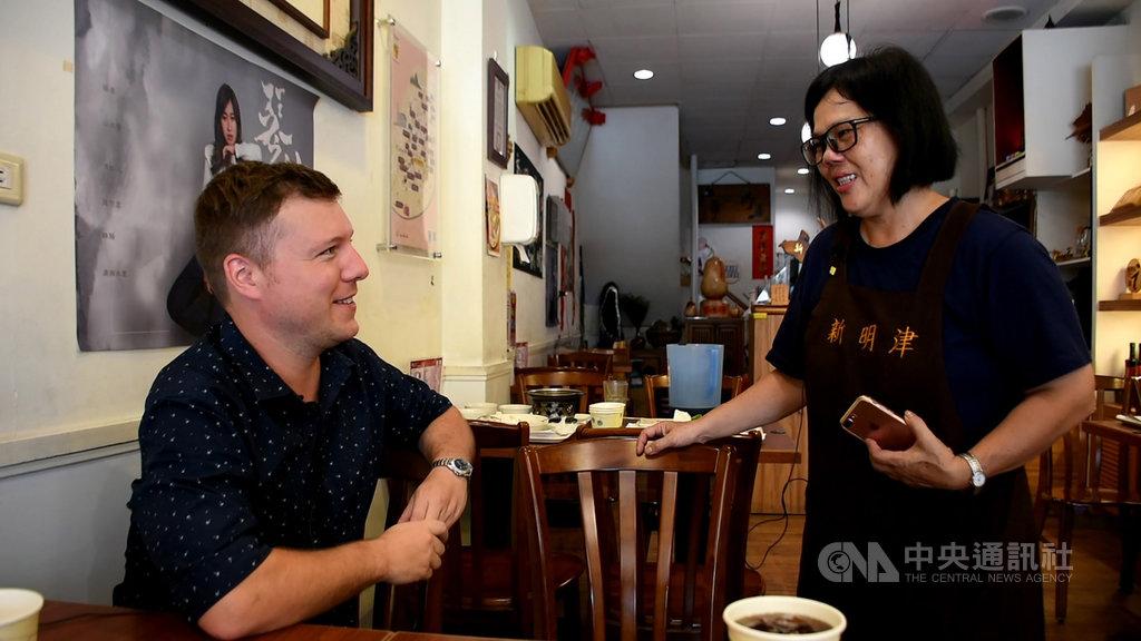 國發會舉辦「城市英語力趣味評比」活動,嘉義市有8成店家拿到外籍老師的「excellent」評等。(國發會提供)中央社記者潘姿羽傳真 108年7月30日