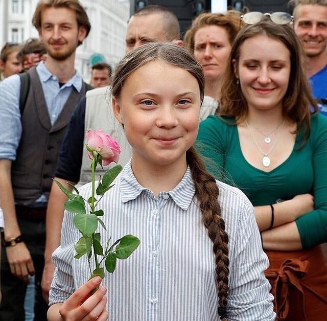 啟發全球學生走出校園對抗氣候變遷的16歲瑞典女孩桑柏格(前)將在8月中旬自英國啟程,搭乘帆船橫渡大西洋,前往紐約參加9月聯合國氣候峰會,整趟旅程零排碳。(圖取自facebook.com/gretathunbergsweden)
