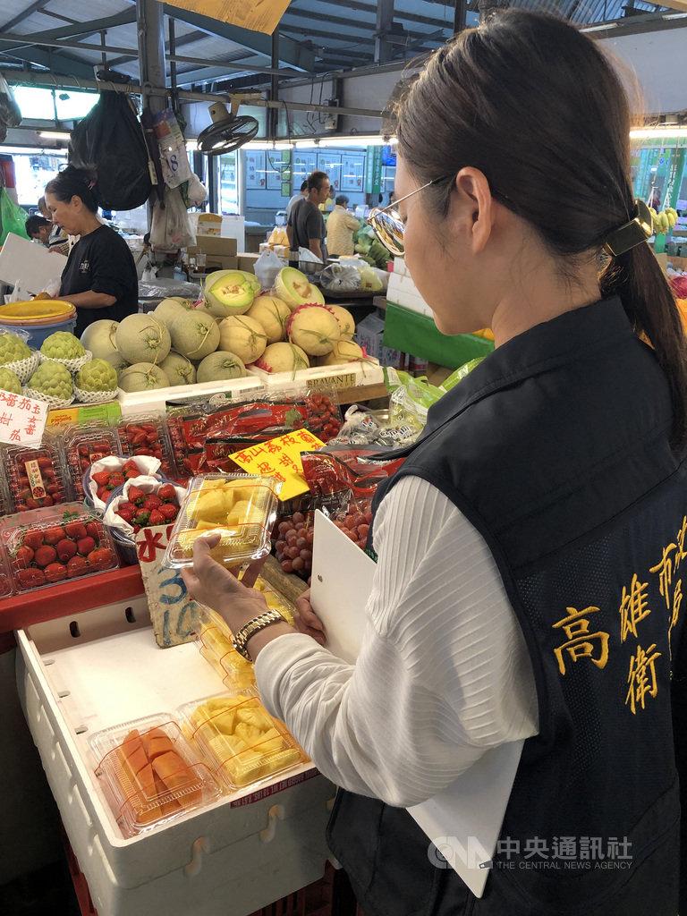 台灣消費者保護協會日前在南部地區的夜市、黃昏市場等進行抽驗,30日公布結果,發現75件現切水果中,有42件檢出大腸桿菌群,不合格率56%。圖為衛生局人員抽驗現切水果攤。(高雄市衛生局提供)中央社記者程啟峰高雄傳真  108年7月30日