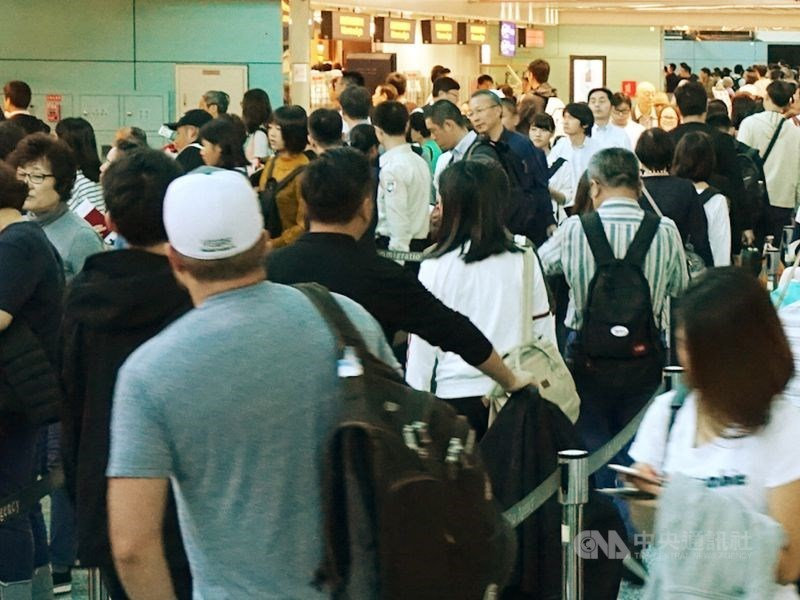據交通部觀光局統計,2019年上半年陸客來台人數達167萬人次,較2018年同期成長近3成。圖為桃園機場旅客。(中央社檔案照片)