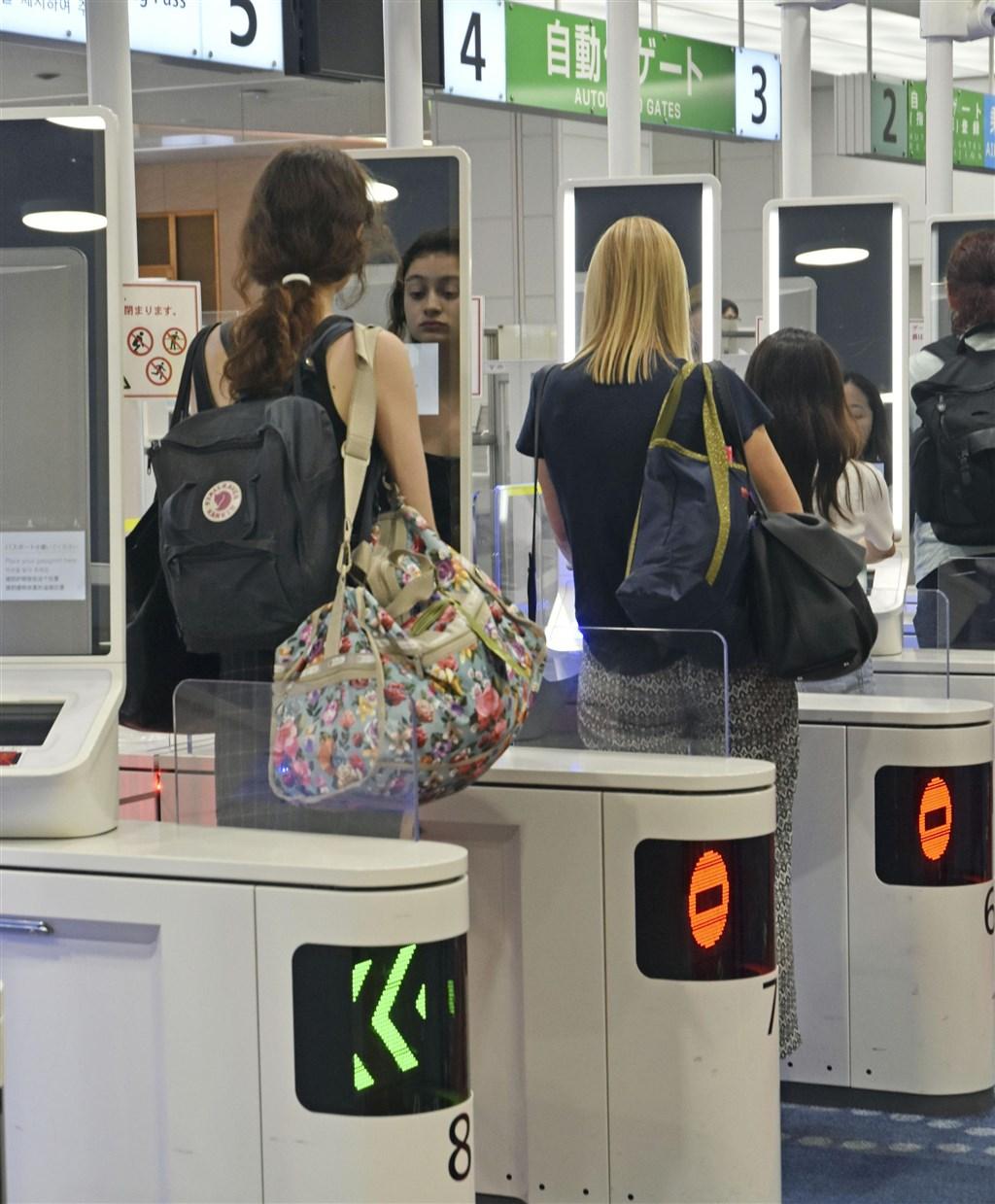 東京的羽田機場7月24日率先實施,最快10秒就可以快速通關,適用台灣晶片護照持有者。(檔案照片/共同社提供)