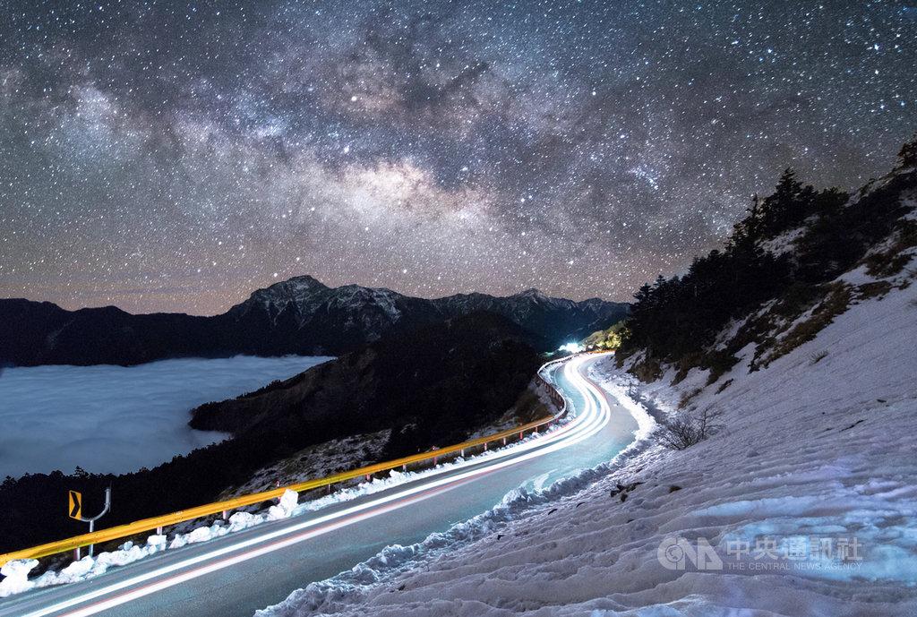 經多年努力,合歡山獲得國際暗天協會認證,成為台灣第一座國際暗空公園。圖為合歡山雪季景色與夜空。(南投縣政府提供)中央社記者蕭博陽南投縣傳真 108年8月2日