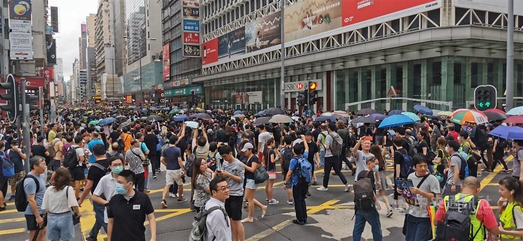 3日下午4時30分左右,示威人士偏離原先獲准遊行路線,從亞皆老街走出彌敦道,再從彌敦道右轉往尖沙咀方向前進,沿途高喊「星期一,罷工」「香港加油」等口號。彌敦道交通已經癱瘓。中央社記者張謙攝 108年8月3日