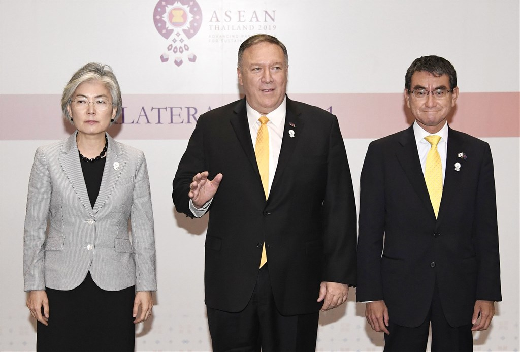美國國務卿蓬佩奧(中)日前在曼谷與日、韓外長在東協峰會場邊召開三方會談,但似乎未能化解僵局,3人合照時,南韓外交部長康京和(左)、日本外相河野太郎不僅表情嚴肅,甚至並未握手。(檔案照片/共同社提供)