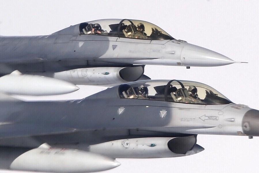 空軍傳出已向美方表達需求,讓在美國受訓的F-16飛行員,與美軍F-18艦載機進行對抗戰術訓練。國防部官員3日對此表示,只要有助於提升戰力都樂觀其成。(中央社檔案照片)