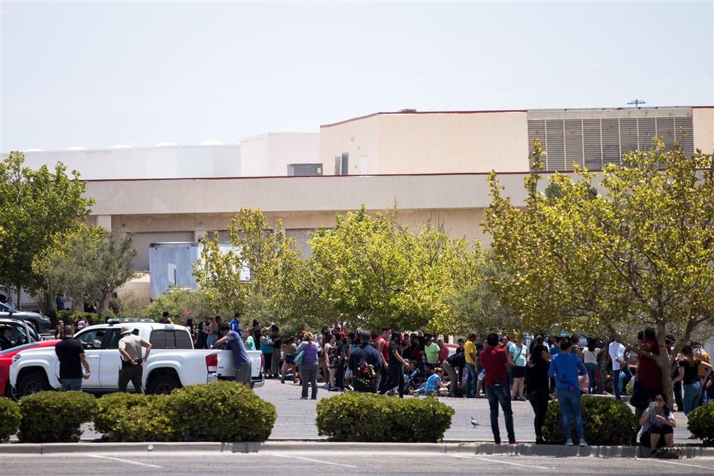 德州西部邊境大城艾爾帕索沃爾瑪賣場3日發生槍擊案。圖為賣場民眾撤離到戶外。(法新社提供)