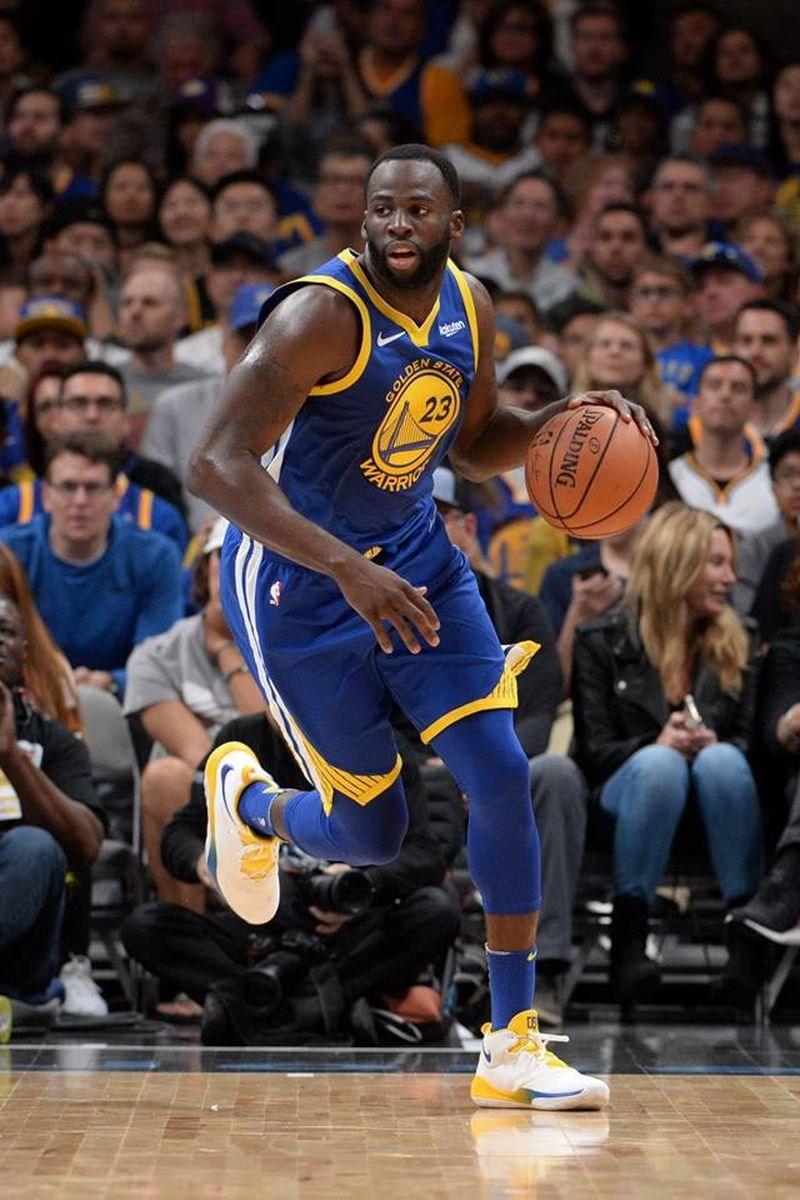 ESPN報導指出,手握3枚美國職籃NBA冠軍戒指的葛林(前)同意續留金州勇士,將簽延長合約,葛林的合約變成5年1.18億美元(約新台幣37.22億元)。(圖取自facebook.com/draymondgreen)