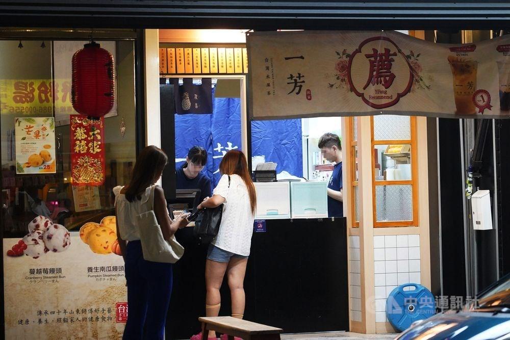 網路流傳有一芳水果茶香港加盟門市張貼「與香港人同行」的告示,一芳台灣水果茶在微博發聲明指出,這是香港時薪人員的私自行為,並表示「堅決維護一國兩制,堅決反對暴力罷工!」 中央社記者張皓安攝 108年8月5日
