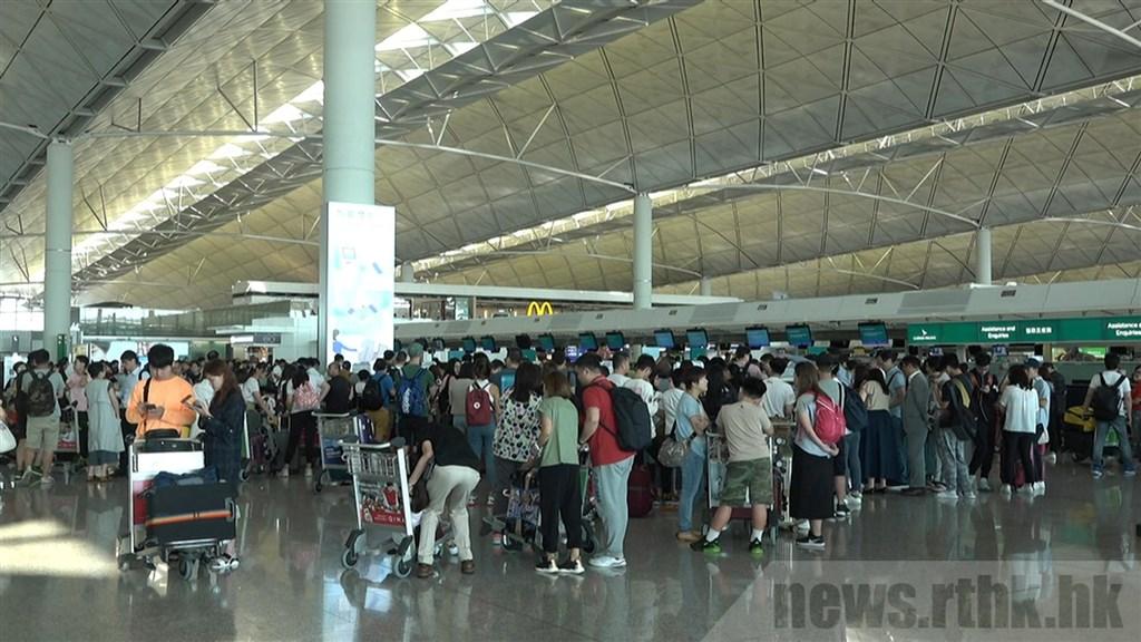 香港「反送中」805罷工登場,根據香港機場官網顯示,截至早上6時,5日約有170班離港及抵港航班取消,其中包括部分台港來回航班。圖為香港機場櫃台前擠滿旅客。(圖取自香港電台網頁news.rthk.hk)