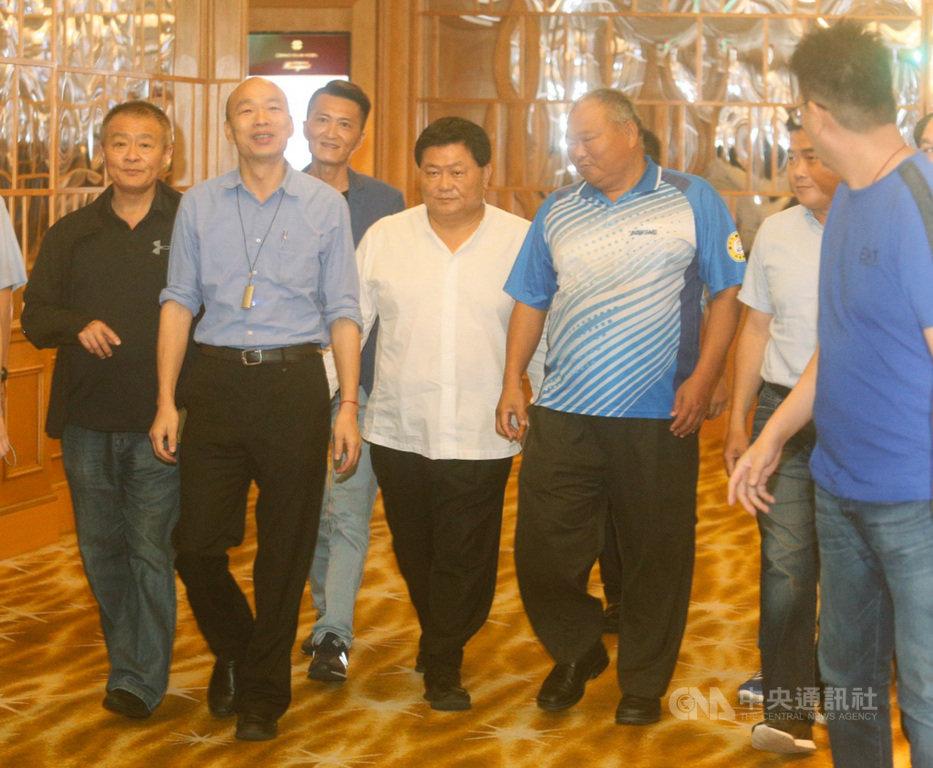 台中市國民黨紅、黑派系5日南下為高雄市長韓國瑜(左2)加油打氣,大甲鎮瀾宮董事長顏清標(左4)晚間在漢來飯店與韓國瑜見面。中央社記者董俊志攝  108年8月5日