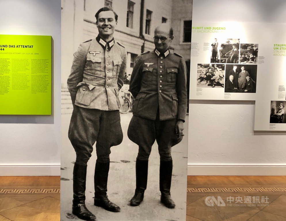 德軍上校史陶芬柏格(左)是一位傑出的軍事戰略家,受希特勒重用,因此得以接近和暗殺他。中央社記者林育立柏林攝 108年8月5日